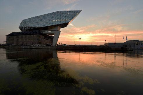 רגל נשלחת קדימה, אל הנהר, ומחברת בין הנמל לקומות החדשות (צילום: רויטרס)