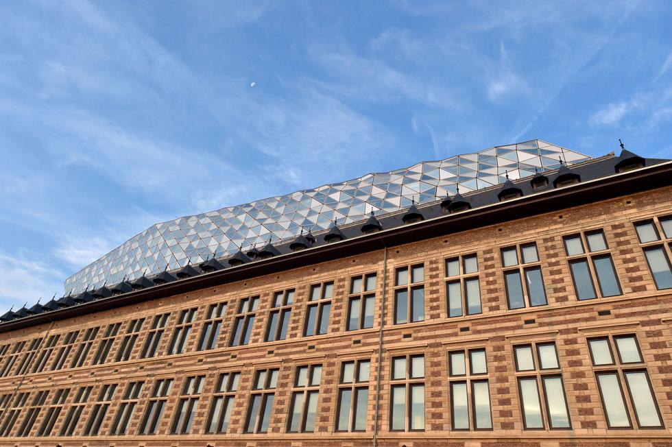 חדיד לא ניסתה לטשטש את ההרכבה, להיפך: יהלום הזכוכית העצום מרחף מעל הבניין הישן מבלי לגעת בו (צילום: רויטרס)