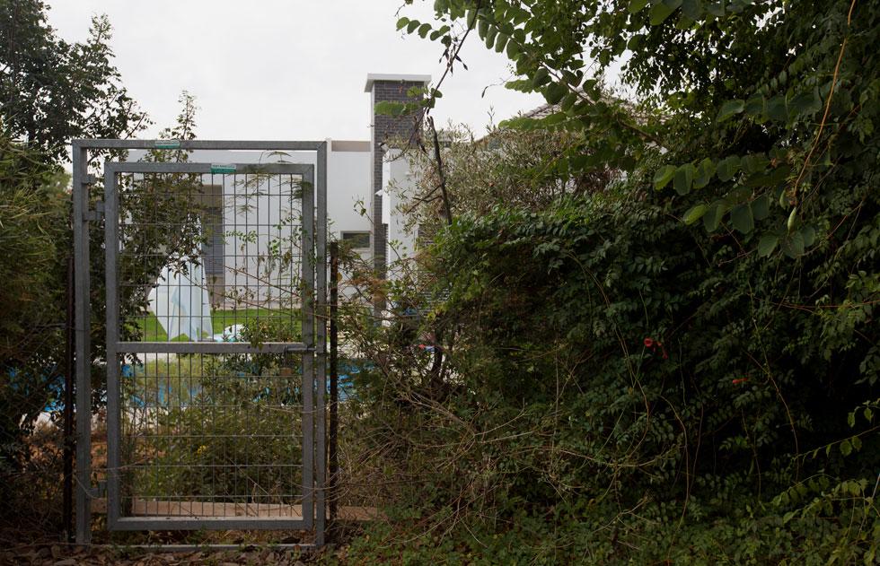 """אם לא די בנזק הנוכחי, הרי שבעלי הגן מבקשים לבנות בו מרכז מסחרי בשטח של 400 מ""""ר. נכדתו של אייזנברג מסבירה שהמשפחה זקוקה למקור הכנסה נוסף (צילום: דור נבו)"""