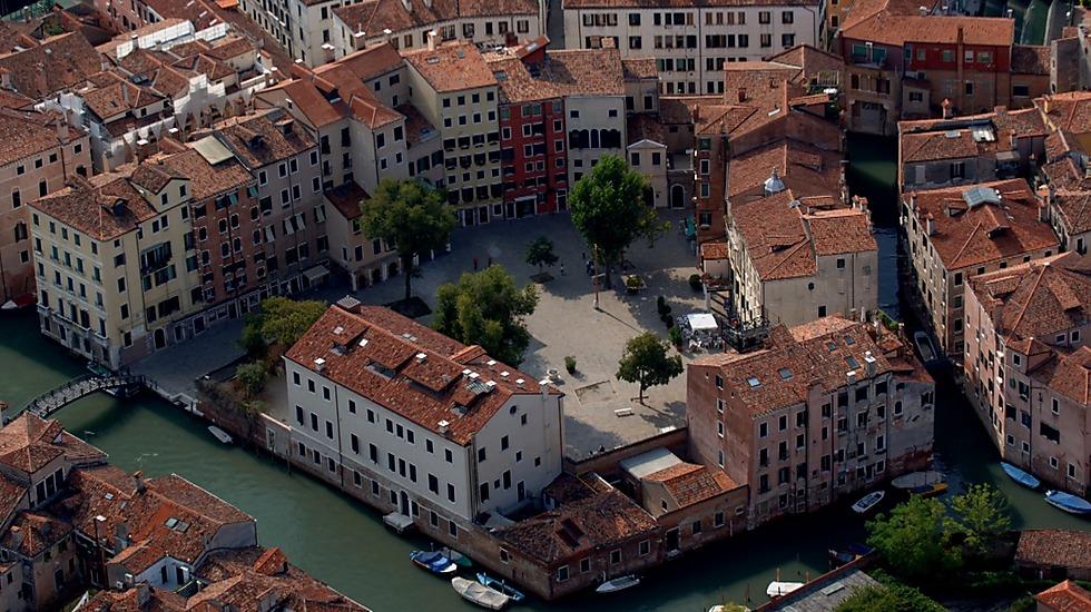 הגטו היה ג'טו, בית התכה למתכות בוונציה. אי מבודד שניתן היה להגיע אליו בעזרת שני גשרים, שהיו נסגרים בלילה. בתמונה: מבט על בן זמננו על אזור הגטו בוונציה (צילום: מוזיאון ישראל) (צילום: מוזיאון ישראל)