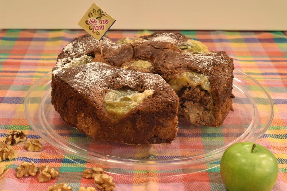 עוגת דבש עם תפוחים ממולאים באגוזי מלך (צילום: סיון אלירזי)