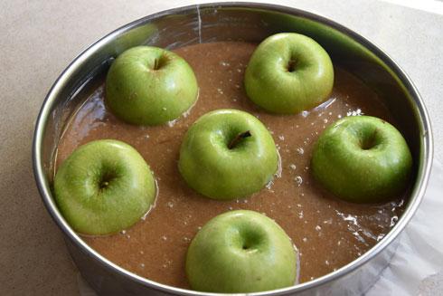 עוגת דבש עם תפוחים ממולאים: ככה זה נראה לפני האפייה (צילום: דינה משה)