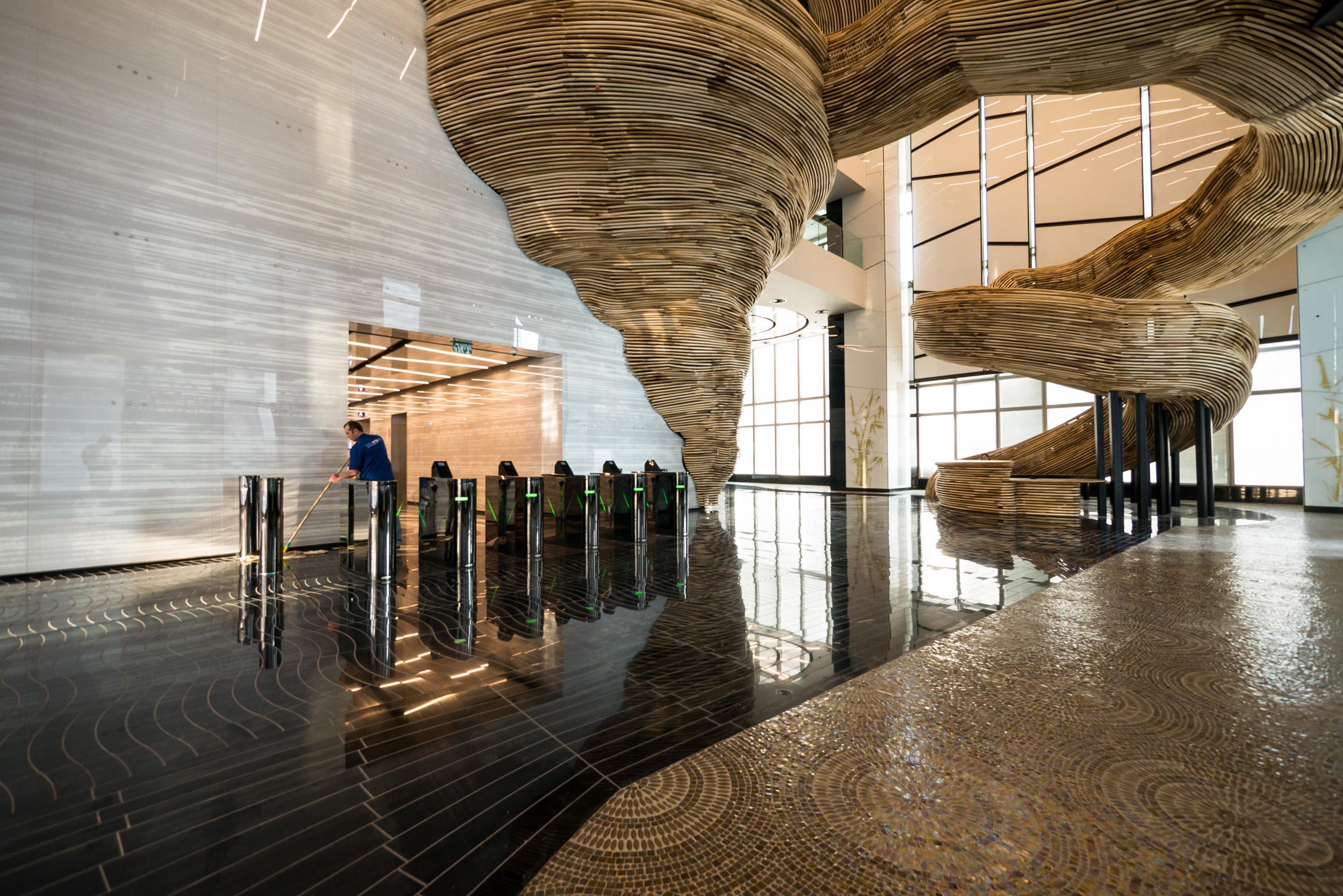 הרצפה, הקירות ווילונות המיסוך משלימים את האווירה הדרמטית. לטענת חלף, 80% מהמשרדים במגדל הושכרו תוך שלושה חודשים (צילום: איתי סיקולסקי)