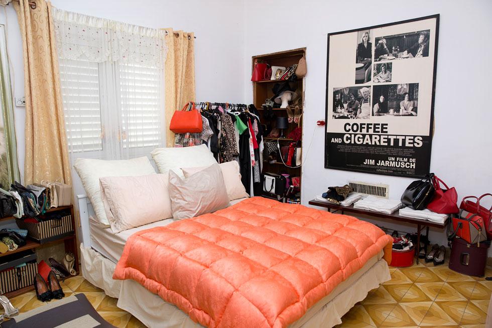 גם חדר השינה הוא מקדש לבגדים (צילום: ענבל מרמרי)