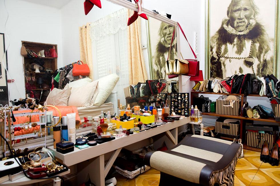 אוספי תיקים, נעליים, תכשיטים וכובעים - רובם פריטי וינטג' בעלי ערך נוסטלגי או סימבולי, ואחרים נקנו ברשתות אופנה (צילום: ענבל מרמרי)