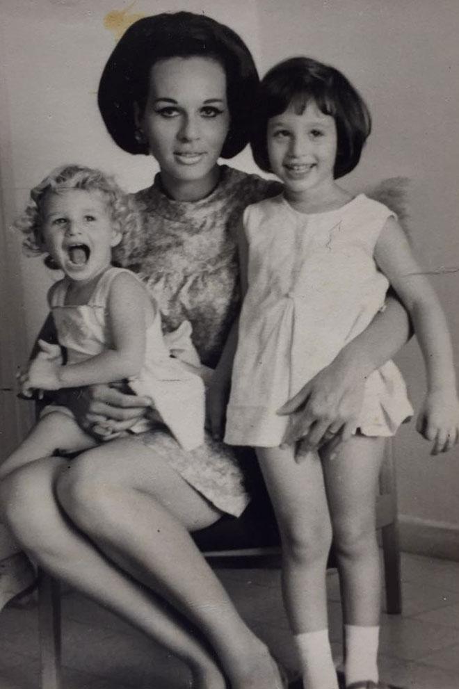 חיה בירן עם בנותיה ענת (על הברכיים) ושרית  (צילום: אלבום פרטי)
