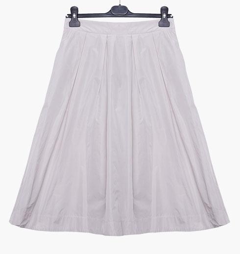 """""""את החצאית הזאת אני אוהבת ללבוש ליציאה בערב עם נעלי עקב, או ביום יום עם גופיית סבא וסניקרס"""" (צילום: ענבל מרמרי)"""