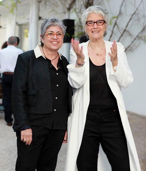 שרה גרוס (מימין) אמא של שלי, עם בת זוגה תמי בצלאלי בחתונתן  (צילום: יניב אדרי)