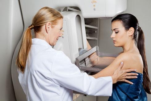 """בדיקת שד (אילוסטרציה). """"בתוך תוכי ידעתי שחליתי בסרטן"""", אומרת דרום (צילום: Shutterstock)"""