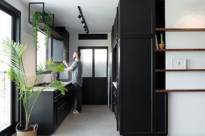 מטבח שחור בדירה שתיכנן רענן שטרן בנווה אביבים (צילום: גדעון לוין)