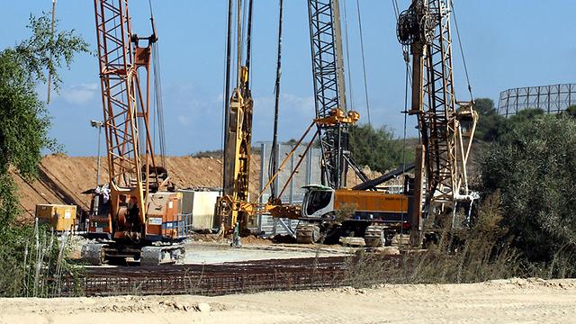 Building the border barrier (Photo: Roee Idan)