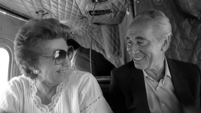 Shimon and Sonya Peres flying over Alumot in 1985 (Photo: Chanania Herman, GPO)