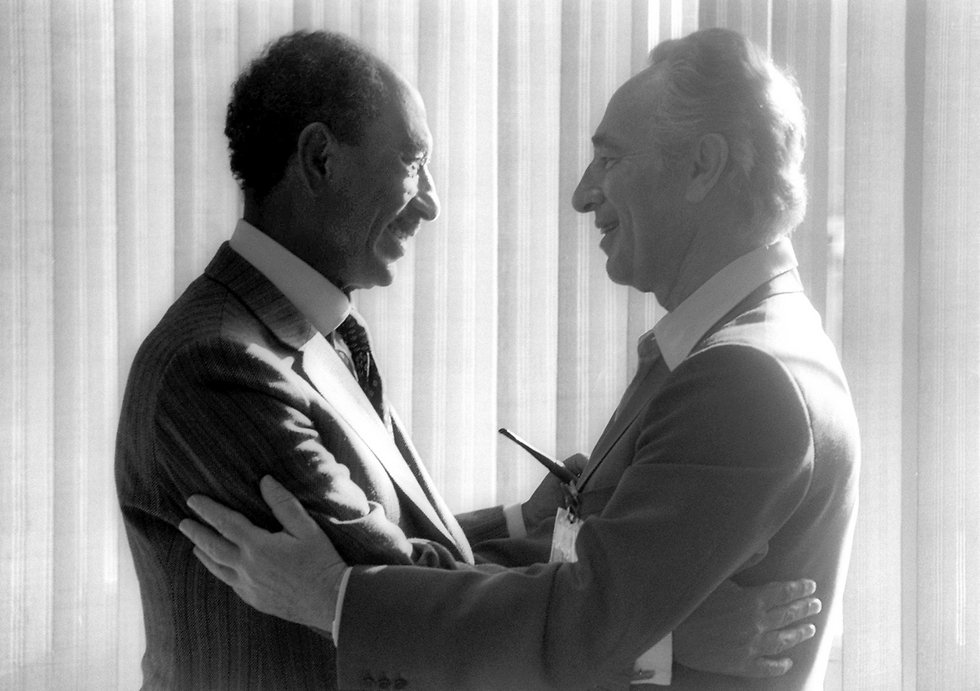 Peres with former Egyptian President Anwar Sadat in 1979 (Photo: GettyImages)