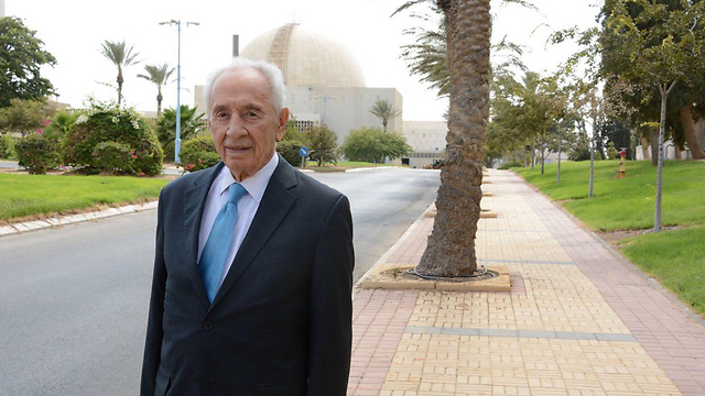 Peres visits the Negev Nuclear Research Center in Dimona (Photo: Israel Atomic Energy Commission)