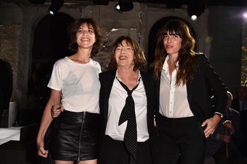 בשורה הראשונה של סאן לורן: ג'יין בירקין עם בנותיה שרלוט גינסבורג ולו דואיון (צילום: Gettyimages)