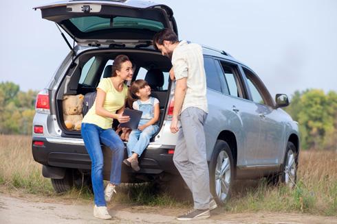 בנסיעה ממושכת, כדאי לחשוב על הילדים הנוטים להירדם או לאכול במכונית (צילום: Shutterstock)
