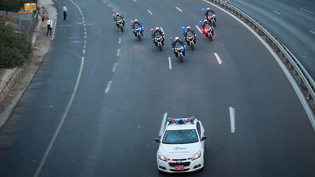 The funeral procession entering Jerusalem (Photo: Yoav Dudkevitch)