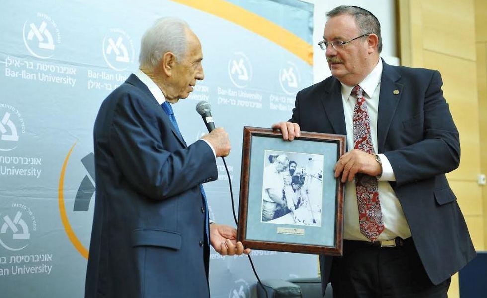 שמעון פרס הרב פרופ' דניאל הרשקוביץ (צילום: ישראל ברדוגו)