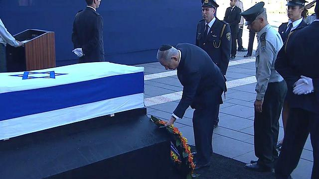 Prime Minister Netanyahu laying a wreath (Photo: Mizmor)