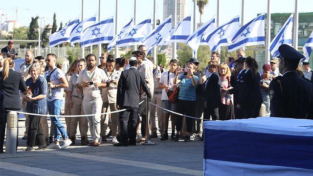 Israelis wait their turn to pay their respects (Photo: Gil Yohanan)