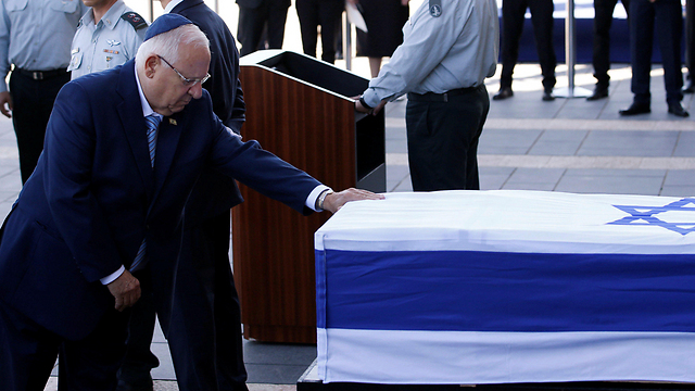 President Rivlin paying his respects (Photo: Reuters)