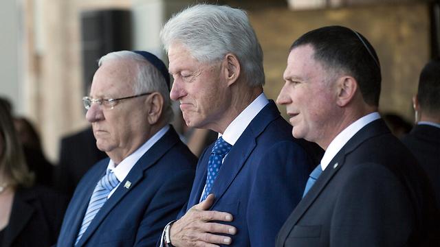 L-R: Reuven Rivlin, Bill Clinton and Yuli Edelstein (Photo: EPA)