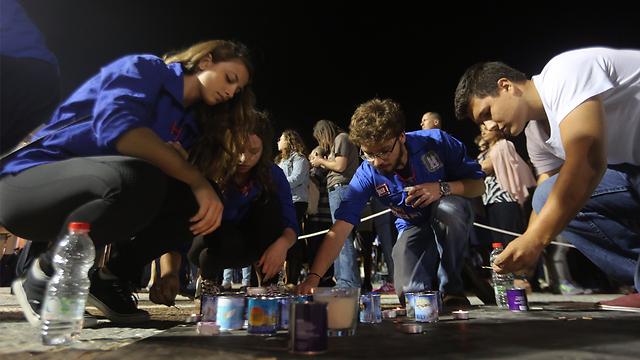 הדלקת נרות זיכרון ברחבת הכנסת בירושלים (צילום: גיל יוחנן)