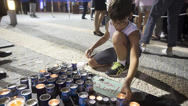 נרות לזכרו. כ-50 אלף חלקו כבוד לפרס (צילום: גטי אימג'ס)  (צילום: GETTYIMAGES)
