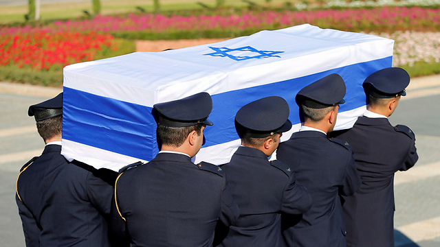 Shimon Peres's casket is carried to Mt. Herzl (Photo: Reuters)