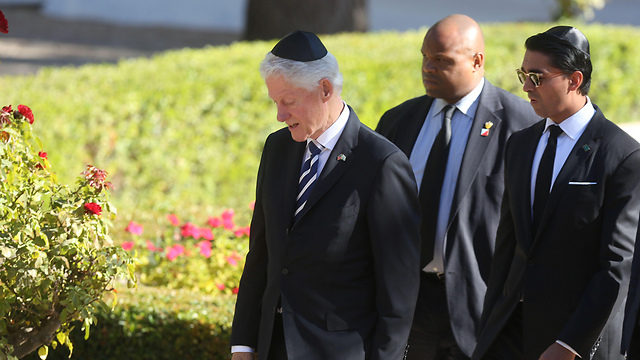 Former US President Clinton arrives at the funeral (Photo: AFP)