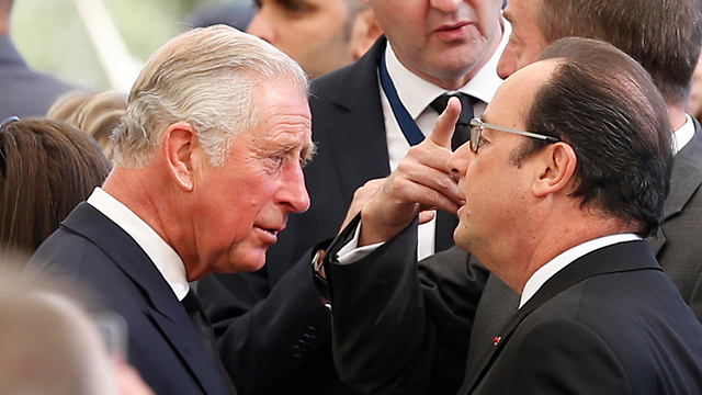 British Prince Charles speaking to French President Hollande (Photo: AP)