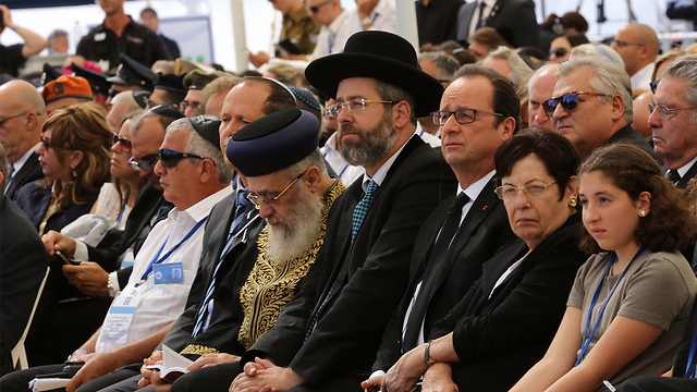 Supreme Court President Miriam Naor sitting next to French President Hollande. Israel's two chief rabbis, David Lau and Yitzhak Yosef, center, sitting next to Jerusalem Mayor Barkat (Photo: Gil Yohanan)