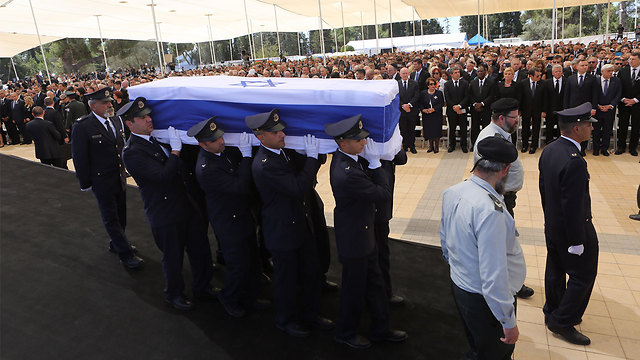 Peres's casket being carried (Photo: Gil Yohanan)