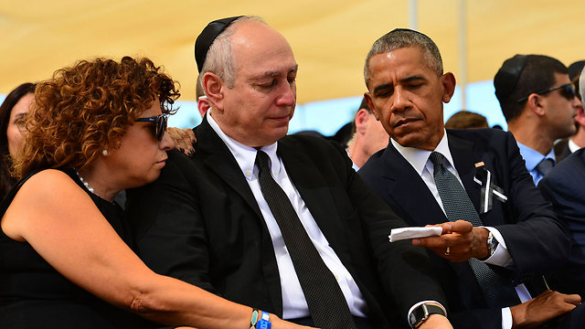 US President Obama hands Chemi Peres a handkerchief (Photo: Koby Gideon, GPO)