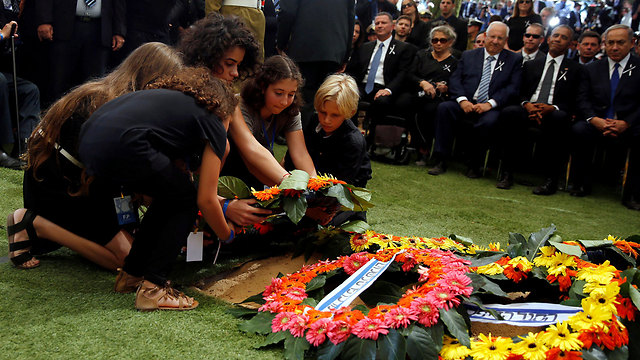 Family members lay wreaths on Peres's grave (Photo: Reuters)