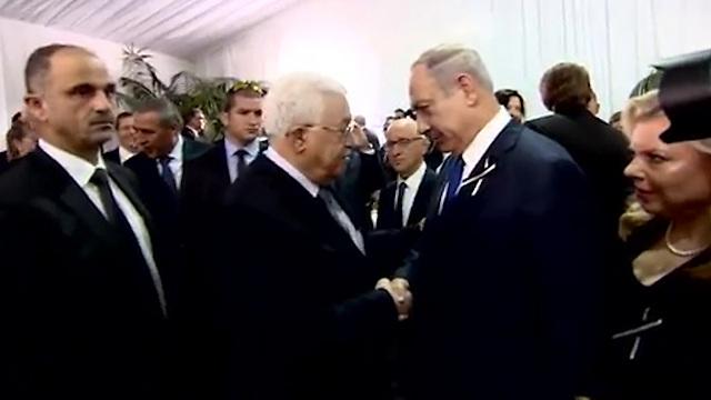 Palestinian President Abbas shakes Prime Minister Netanyahu's hand (Photo: GPO)