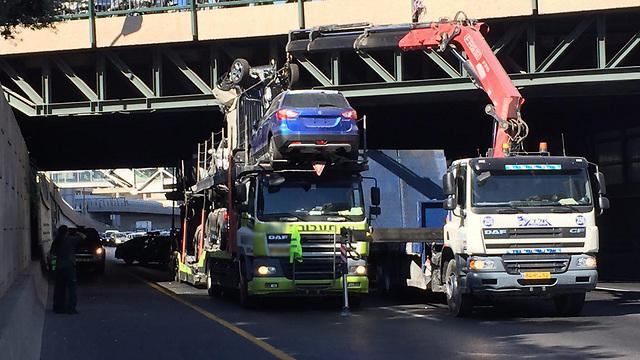 משאית נתקעת בגשר בנתיבי איילון ()