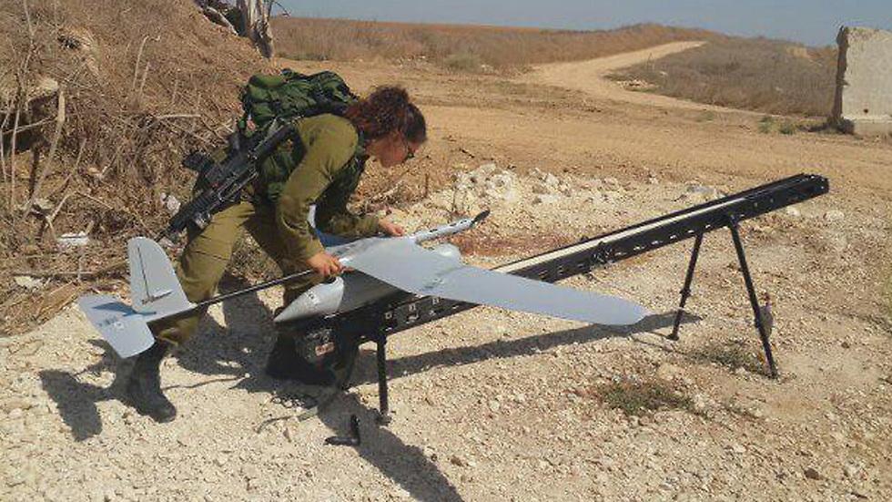 Sgt. Ariella Lock launching a Skylark drone (Photo: Yoav Zitun)