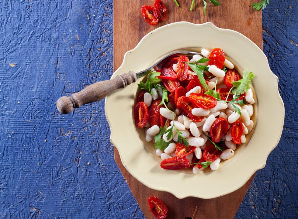 סלט שעועית לבנה עם עגבניות צלויות (צילום: בועז לביא, סגנון: נועה קנריק)