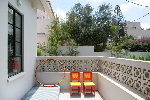 המרפסת של אליה פונה אל שביל הכניסה (צילום: שירן כרמל)