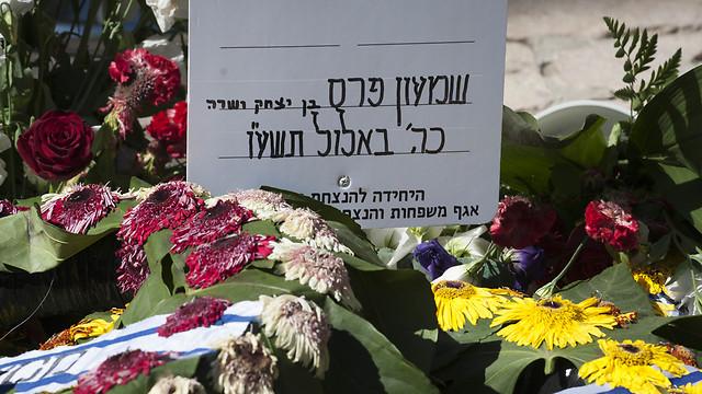 ממשיכים לפקוד את קברו של פרס (צילום: יואב דודקביץ') (צילום: יואב דודקביץ')