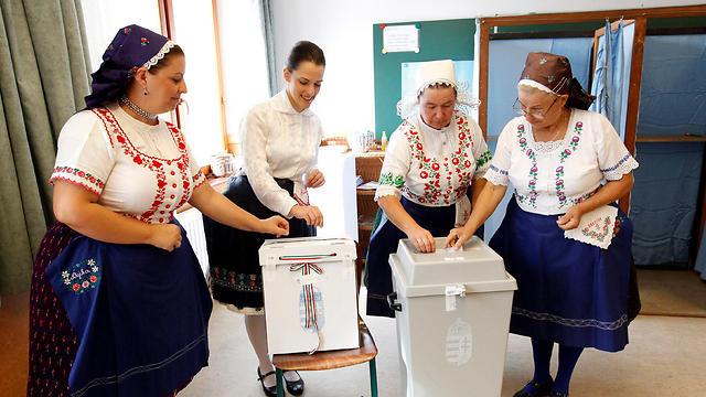 מצביעות במשאל העם בהונגריה (צילום: רוטירס) (צילום: רוטירס)