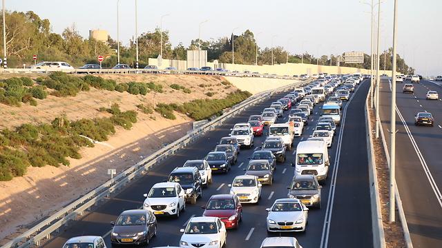 עוד, ועוד מכוניות על הכביש. 100 אלף ב-3 חודשים (צילום: עפר מאיר) (צילום: עפר מאיר)