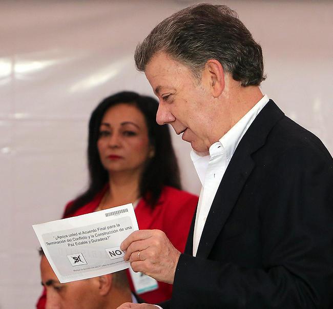 הנשיא סנטוס מצביע. ספג תבוסה קשה (צילום: EPA) (צילום: EPA)