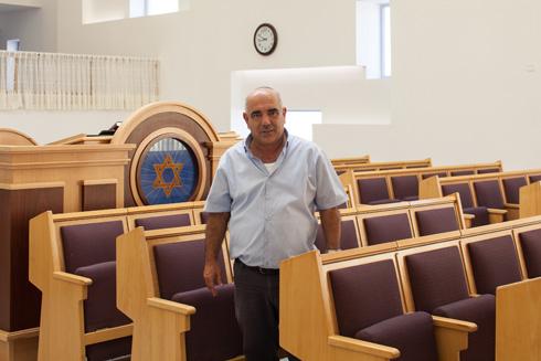 אהרן חזות בבית הכנסת של מפוני גן אור. ''הוצאות כספים שמנסים להפיל על המפונים'', הוא מוחה (צילום: טל ניסים)