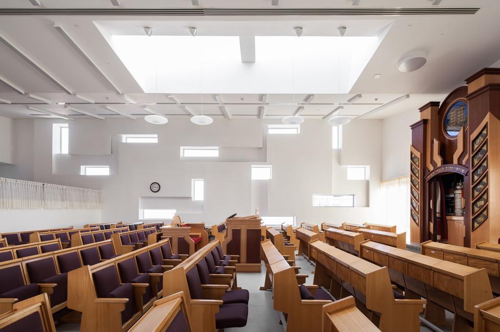 בית הכנסת של קהילת ''גן אור'' ביישוב באר גנים, בתכנון ''סטיו אדריכלים''. החלונות הכמו-אקראיים הם ציטוט של האדריכל האמריקאי הנודע, סטיבן הול (צילום: טל ניסים)