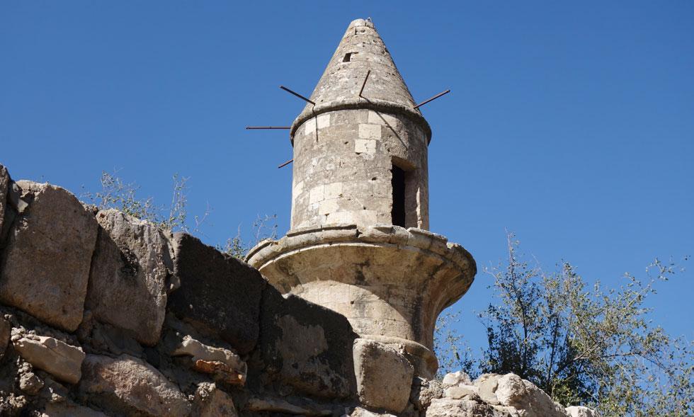 הצריח של הכפר הפלסטיני חיטין, לא רחוק מטבריה, מתבלט למרחוק. עדות אילמת לחיים חקלאיים שנגוזו (צילום: מיכאל יעקובסון)