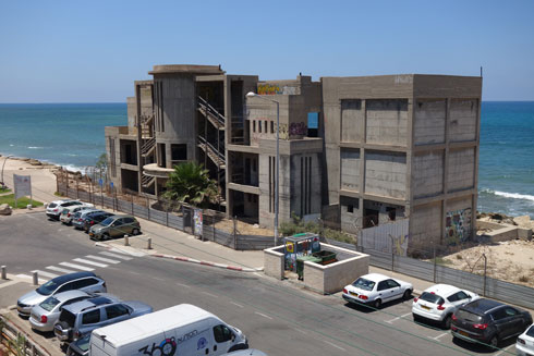 השלד שופץ, הבניין לא, ו''דור כימיקלים'' רוצה להקים פה מלון תוך שינויים בוטים במבנה המקורי. ההתנגדויות עוצרות זאת (צילום: מיכאל יעקובסון)