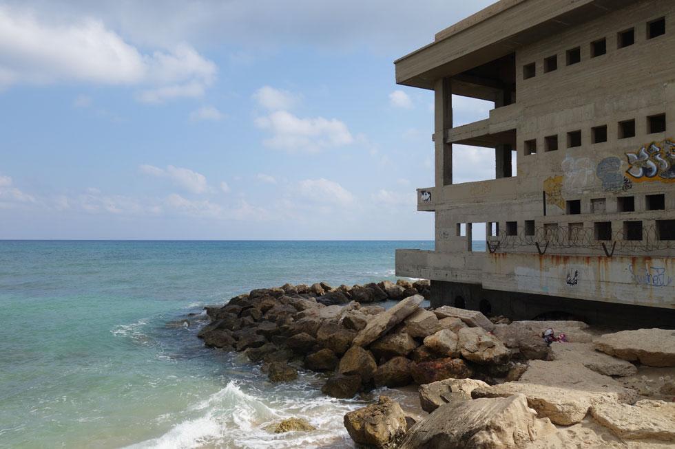 המבנה המרהיב, שנטוע ממש בתוך המים, היה שער אל הים ודלת אל העיר. בימי המנדט הבריטי הוא היה שם דבר (צילום: מיכאל יעקובסון)