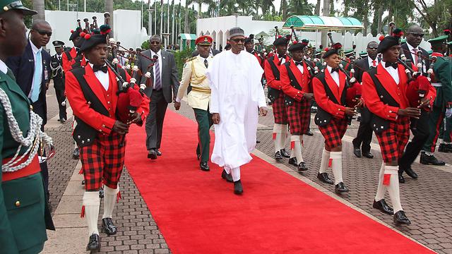 נשיא ניגריה, מוחמדו בוחארי. מעטפות עוברות ידיים בכל תחומי המנהל (צילום: AFP)